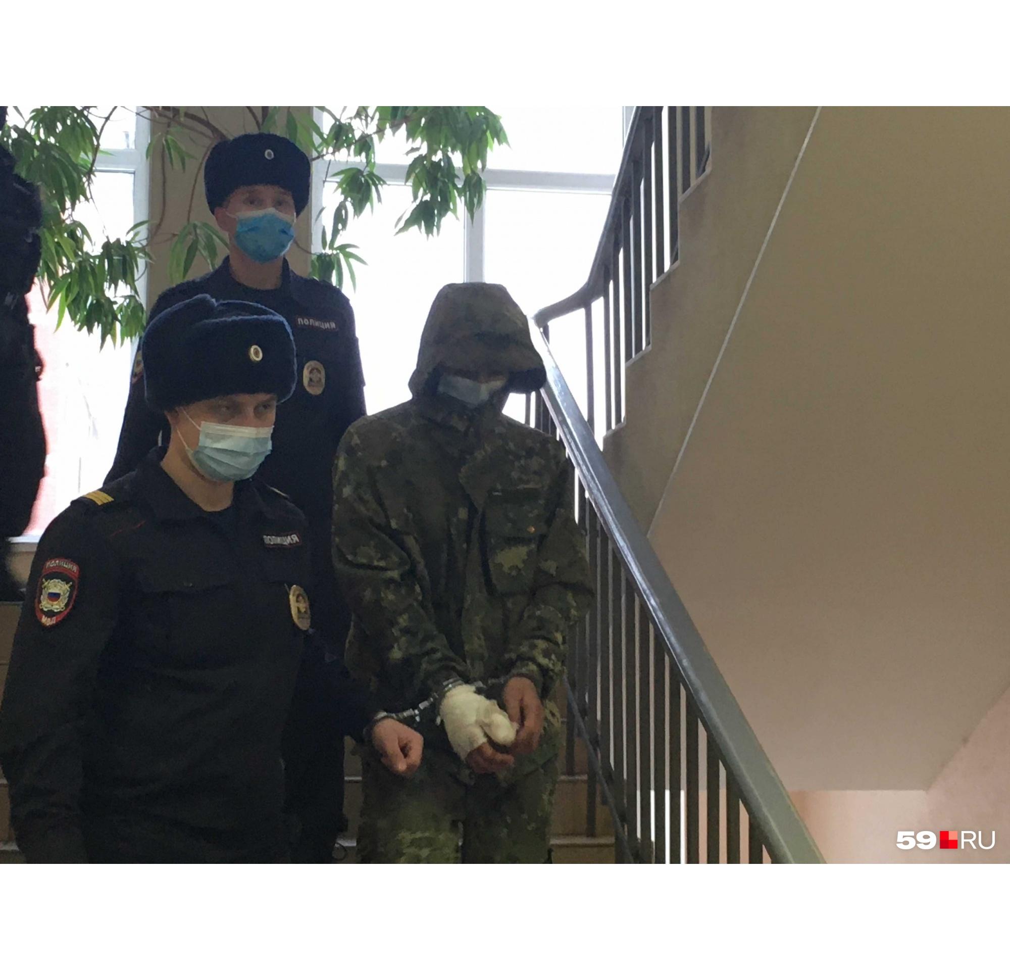 Подозреваемого ведут в зал суда