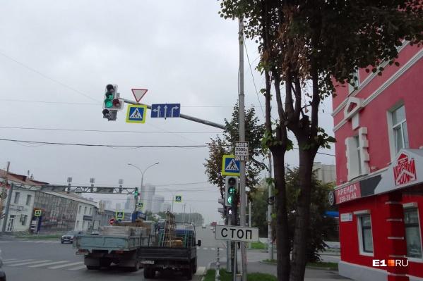 Водителям, которые двигаются по крайней правой полосе, теперь разрешен только правый поворот на Посадскую