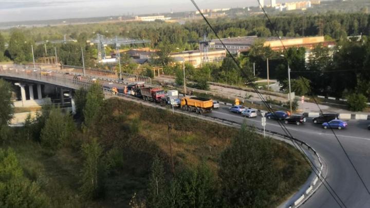«Стоим два часа»: ремонт на дороге в час пик парализовал движение на ОбьГЭСе и Шлюзе
