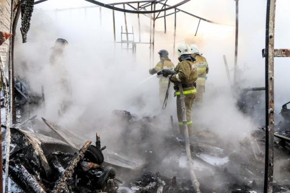 Силовики предполагают, что причиной пожара в жилом доме стало неосторожное обращение с огнем
