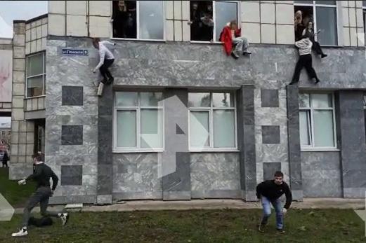 Студенты выпрыгивают из окон