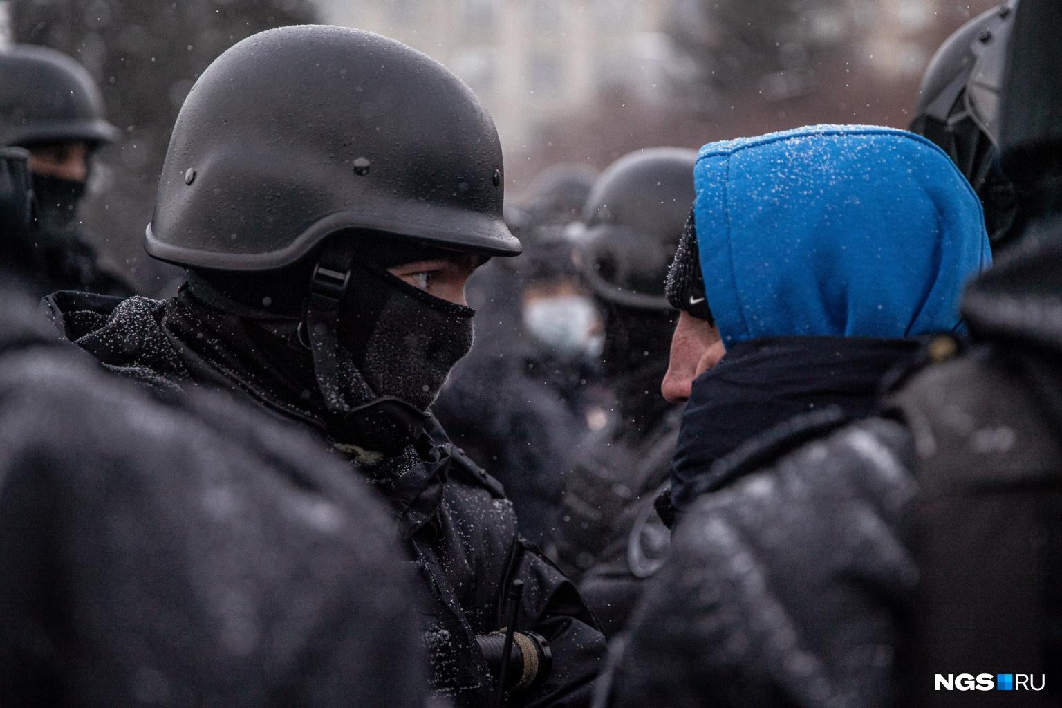 Протестующие пытались поговорить с силовиками и задавали им разные вопросы, но отвечали им немногие