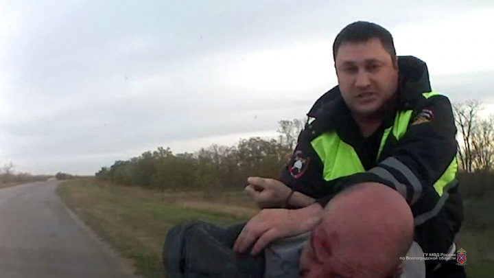 Выезжал на встречку и чудом ушел от аварии: под Волгоградом полицейские расстреляли автомобиль нарушителя по колесам