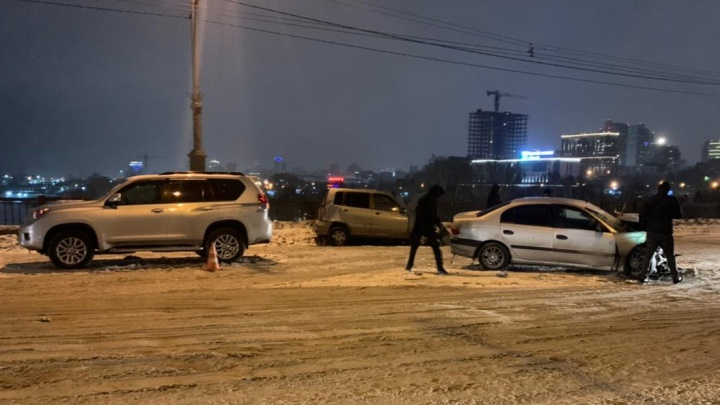 Три человека в больнице: подробности массового ДТП на Октябрьском мосту