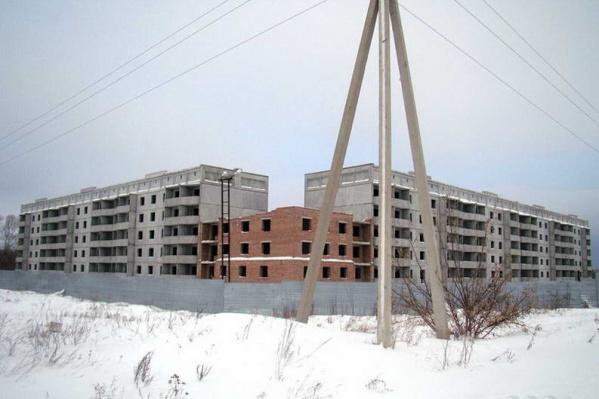Это должен был быть дом для военнослужащих, но его строительство остановилось в 2008 году, и с тех пор на стройплощадке ничего не изменилось