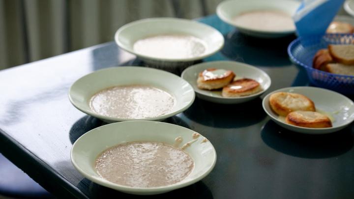 «Из 36 человек в столовой питаются только трое»: тюменцы недовольны школьным питанием