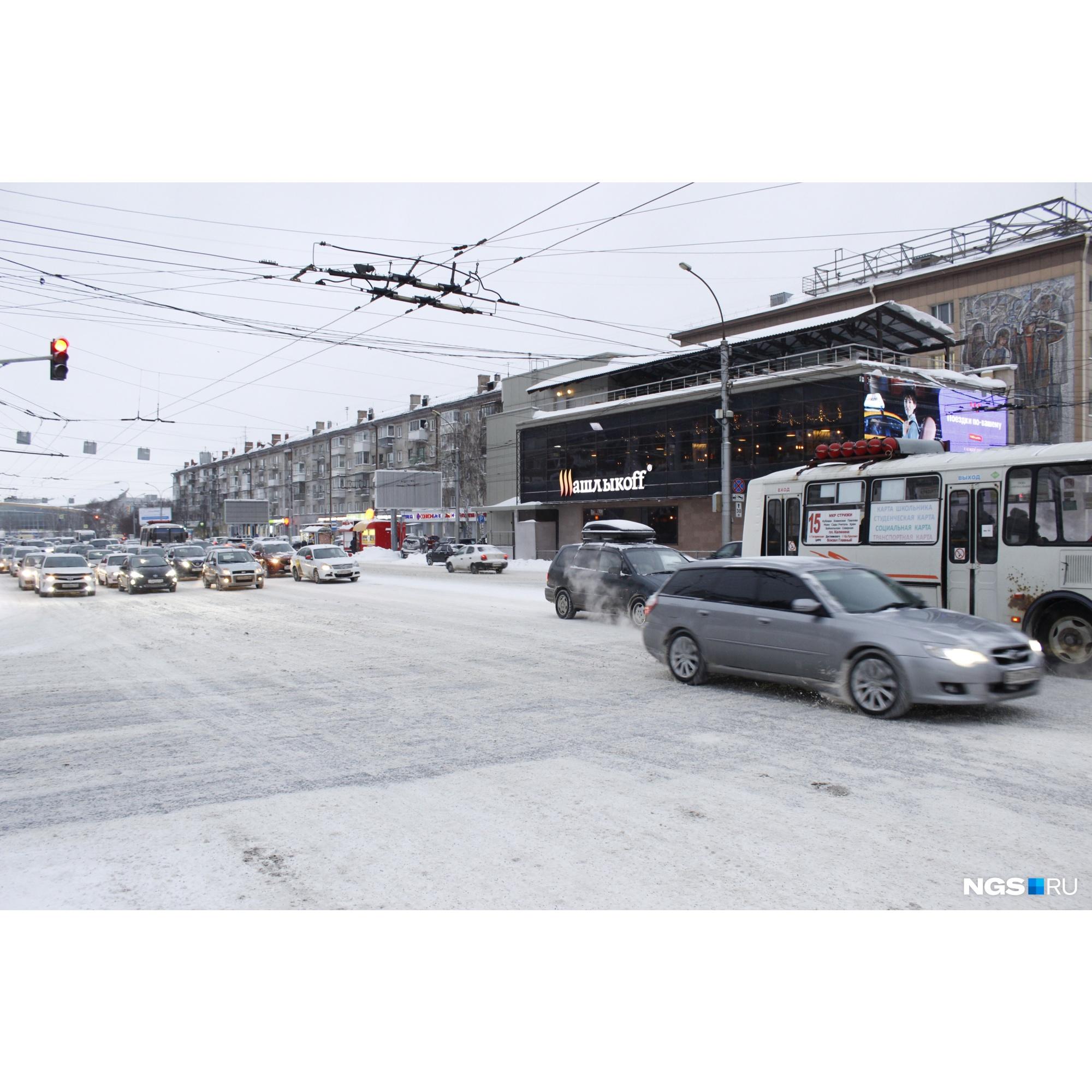 Автобус и минивэн мешают перпендикулярному направлению