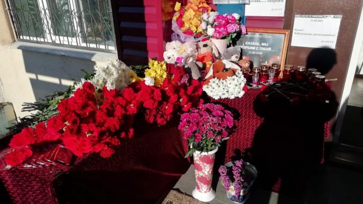 Люди несут цветы и игрушки: в Югре проходит акция в память о событиях в Казани