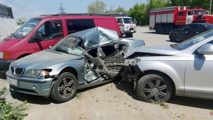 Забор, дерево и три иномарки: в Волгограде водитель немецкого кроссовера устроил крупное ДТП с пострадавшими