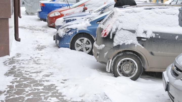 В Заводоуковском районе на автостоянке умер работник организации доставки грузов