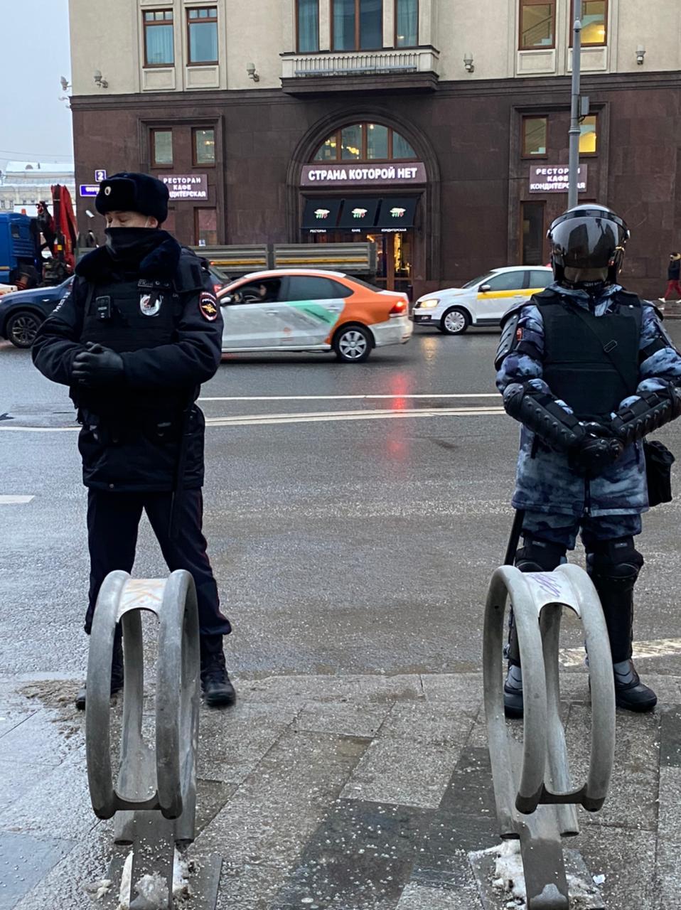 Охранники порядка стоят у ресторана с символичным для всех событий названием в Москве