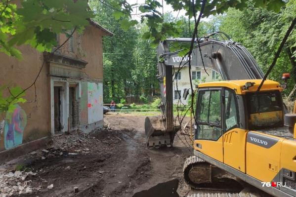 Местные жители говорят, что экскаватор к историческому зданию «подкрался» потихоньку