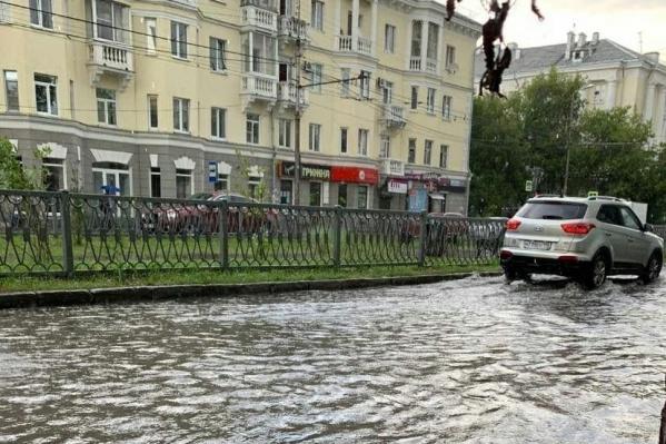 Так после вчерашнего дождя выглядела улица Бородина на Химмаше