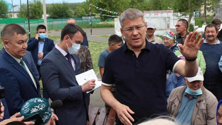 Хабиров приехал в район, где машина влетела в повозку с пятью людьми