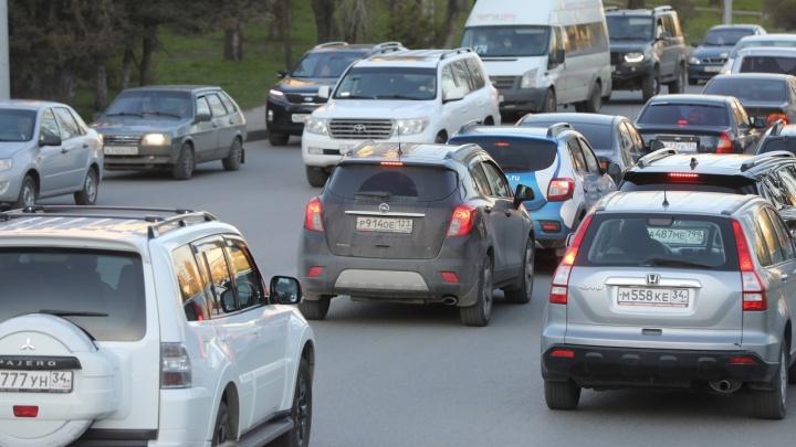 Задача — проскользнуть в бутылочное горлышко: автомобилисты о многокилометровых заторах на въезде в Волгоград