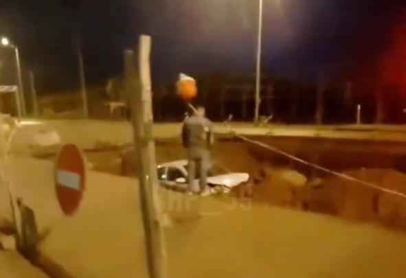 В Перми легковушка улетела в яму, вырытую для ремонта на Героев Хасана