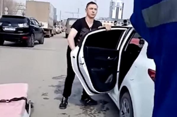 Виновник аварии вел себя неадекватно и прыгал у своей машины