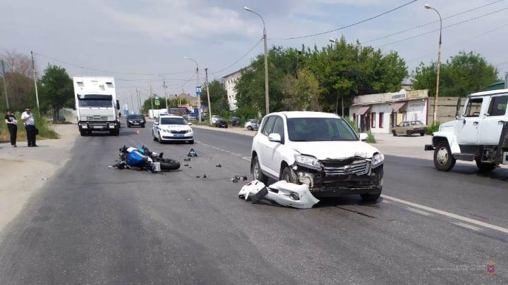 Волгоградка на Toyota RAV4 снесла мотоциклиста. 36-летнего мужчину увезли в больницу