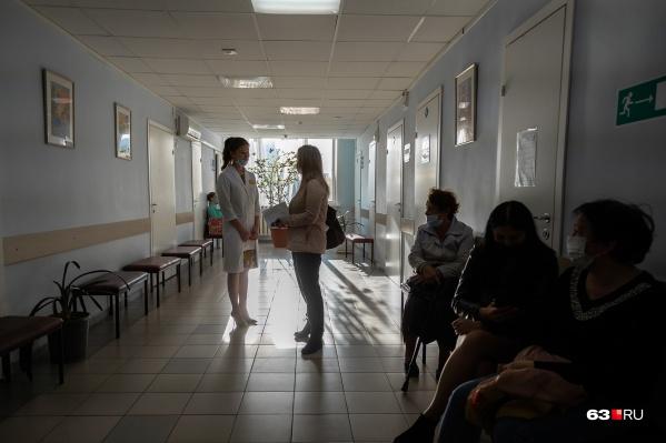 Пока поликлиники получают вакцину для людей из групп риска