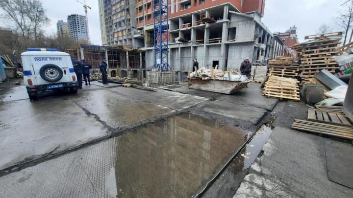 «От головы ничего не осталось». В Екатеринбурге строитель сорвался с высоты и погиб