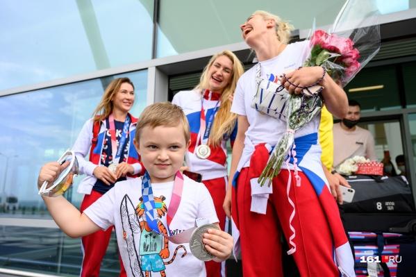 Сын гандболистки Анны Сень позирует с медалью