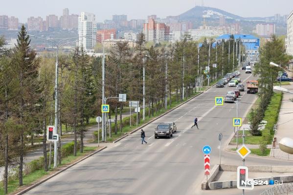 Пока на месте будущего перехода действует светофор