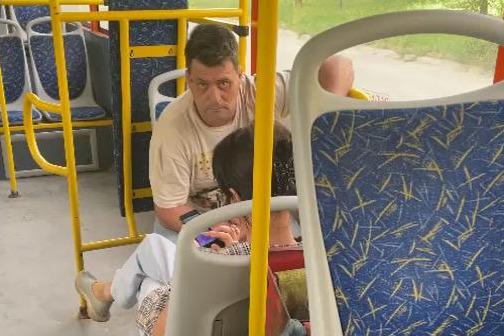 «Я тебе сейчас лицо разобью»: в Волгограде водитель выкинул пассажира из автобуса