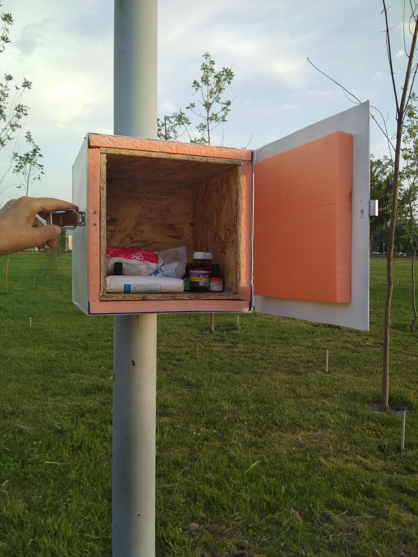 Поразило, что на столбах в парках у киргизов висят аптечки (!), причем не с петардами и дохлыми мышами внутри, а с настоящими медикаментами, которые никто не крадет и не портит