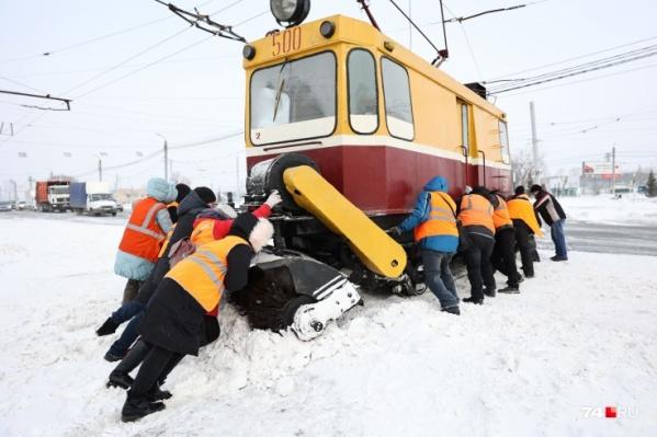 """Хотя основной удар пришелся на южные районы, Челябинску тоже пришлось <nobr class=""""_"""">туго —</nobr> движение трамваев восстановили только сегодня"""