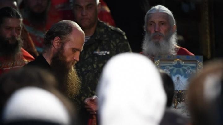 Убил трех человек, постоянно менял фамилии: что известно о священнике, за которым приехал ОМОН