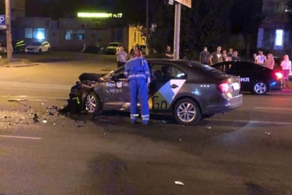 Водитель Skoda, сбивший мотоциклиста, говорит, что сейчас уже не работает в такси, лишь наклейки остались