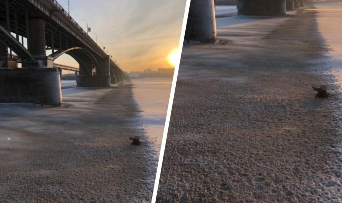 «Зачем вывозить — можно сразу в речку»: на видео попало, как погрузчик скидывает снег с Коммунального моста в Обь