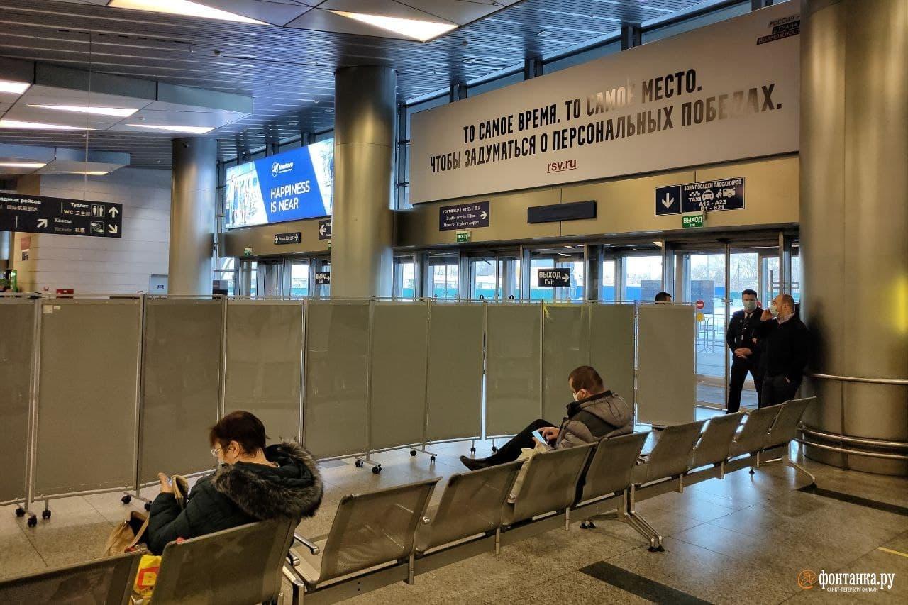 Вход в терминал перекрыт, внутри всё огорожено ширмами