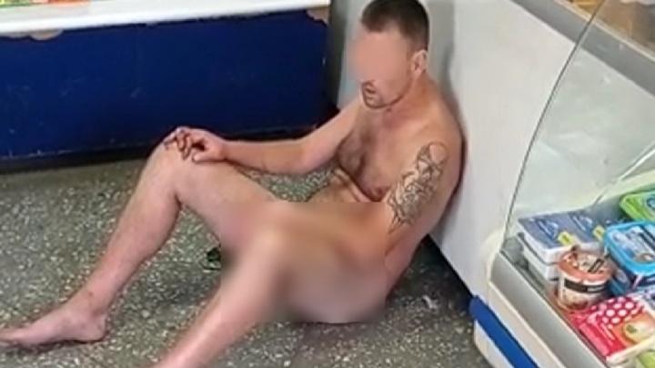 Жителей Сысерти напугал голый мужчина, который прибежал в магазин и сел на пол