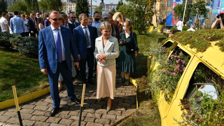 Машины-клумбы и живые статуи: самые яркие кадры открытия фестиваля «Атмосфера» в Екатеринбурге