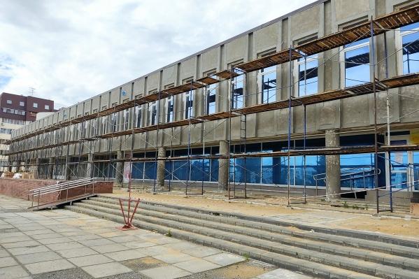 Ремонт фасада ведет компания, до этого массово ремонтировавшая колонии и тюрьмы