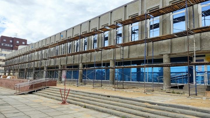 «На светящиеся часы денег уже не хватит»: под Волгоградом ремонтируют огромный Дворец культуры