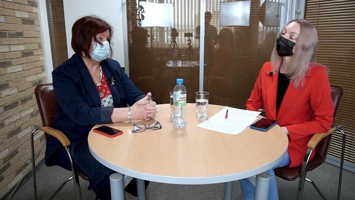 «Прививка и перенесенная болезнь не спасут от заражения»: 13 вопросов врачу о новых симптомах и последствиях ковида