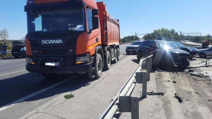 Иномарка снесла ограждение: под Самарой грузовик «догнал» Audi Q7