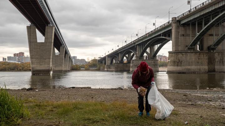 Новосибирцы 2 часа соревновались, кто соберет больше мусора на набережной. 10 фото странной гонки