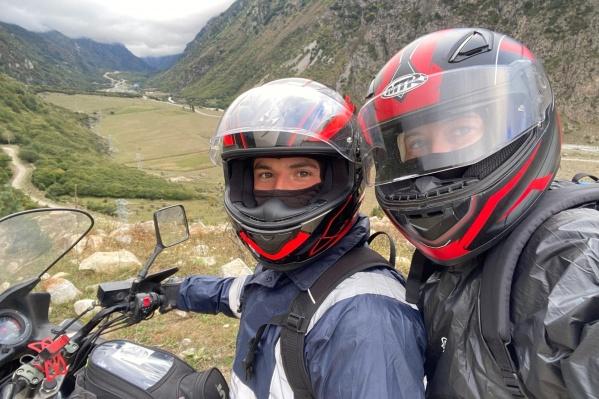 Павел с Ольгой уже несколько лет путешествуют на мотоцикле. Сейчас у них Suzuki V-Strom 1000