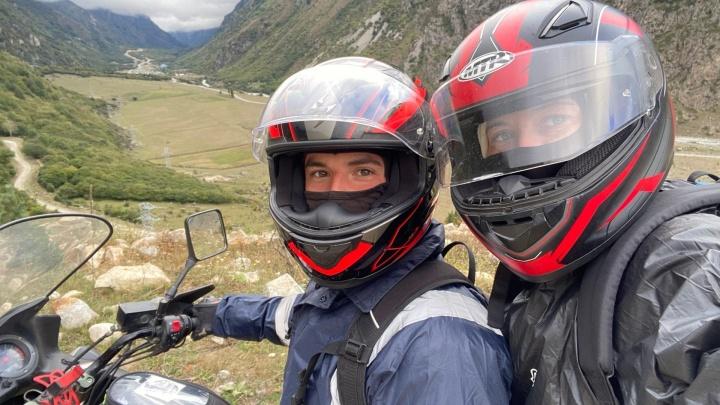 «Бесконечные горы и необычайно отзывчивые люди»: пара из Челябинска на мотоцикле покорила Северный Кавказ