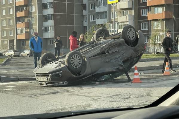 Машина опрокинулась на крышу