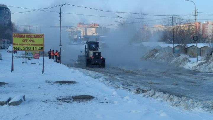 В Новосибирске затопило улицу Лазурную— жителям отключили холодную воду, а дорогу перекрыли