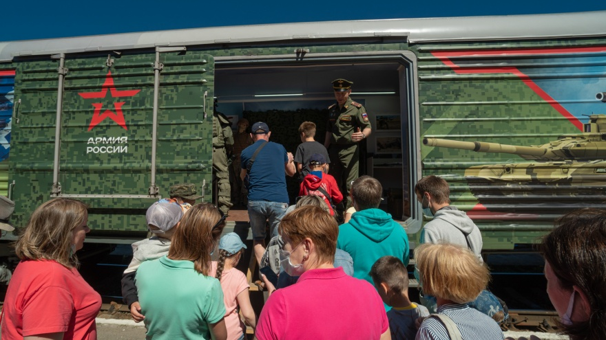 Автоматы, огнеметы, полевая кухня и госпиталь: в Пермь прибыл патриотический поезд «Мы — армия страны»