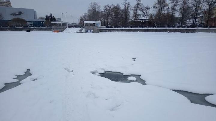 На Городском пруду Екатеринбурга мужчина провалился под лед
