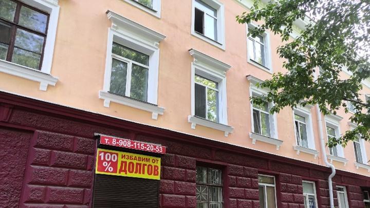 «Кричала, что мамы нет, а дверь закрыта»: очевидцы — о шестилетней девочке в окне трехэтажки