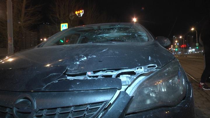 Головой разбил лобовое стекло: в Екатеринбурге на улице 8Марта водитель иномарки сбил мужчину