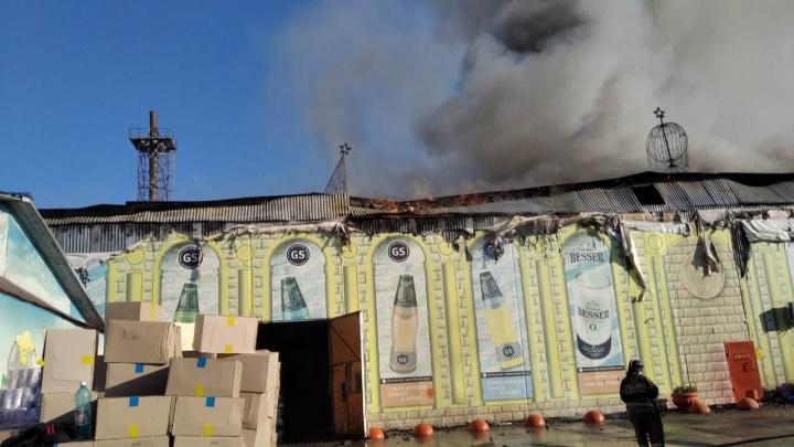 Под Новосибирском горит склад магазина — пожару присвоен повышенный ранг