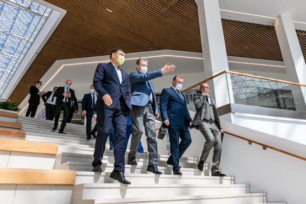 Губернатору устроили экскурсию по новому торговому центру